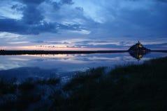 Αντανάκλαση του ST Michel Mont στο ηλιοβασίλεμα Στοκ εικόνες με δικαίωμα ελεύθερης χρήσης