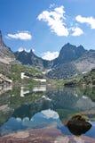 Αντανάκλαση των αιχμών βουνών στη λίμνη στα βουνά Sayan Στοκ εικόνες με δικαίωμα ελεύθερης χρήσης