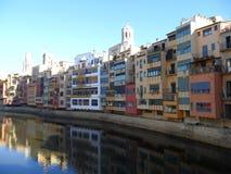 Αντανάκλαση των ζωηρόχρωμων σπιτιών στον ποταμό Onyar Girona στοκ εικόνες