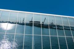 Αντανάκλαση των λιμενικών γερανών Στοκ Φωτογραφίες