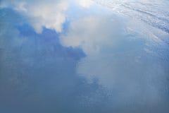 Αντανάκλαση των σύννεφων στα κύματα στην παραλία Στοκ εικόνα με δικαίωμα ελεύθερης χρήσης
