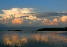 Αντανάκλαση των σύννεφων Στοκ Φωτογραφίες