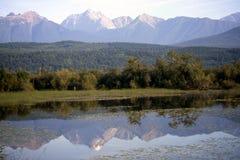 Αντανάκλαση των δύσκολων βουνών στοκ εικόνες