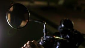 Αντανάκλαση τύπων κινηματογραφήσεων σε πρώτο πλάνο στα χέρια καθρεφτών μοτοσικλετών στους ελέγχους απόθεμα βίντεο