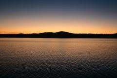 Αντανάκλαση λυκόφατος πέρα από τη λίμνη επιτραπέζιου βράχου Στοκ εικόνα με δικαίωμα ελεύθερης χρήσης