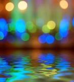 Αντανάκλαση υποβάθρου φωτεινών σηματοδοτών bokeh στο νερό Στοκ εικόνες με δικαίωμα ελεύθερης χρήσης
