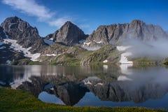 αντανάκλαση pleso ονόματος βουνών λιμνών hincovo Στοκ Εικόνα