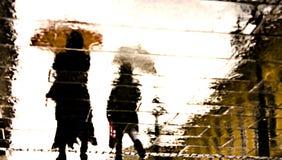 Αντανακλάσεις ανθρώπων Defocused μια βροχερή ημέρα Στοκ εικόνες με δικαίωμα ελεύθερης χρήσης