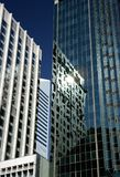 αντανακλάσεις γραφείων οικοδόμησης Στοκ φωτογραφία με δικαίωμα ελεύθερης χρήσης