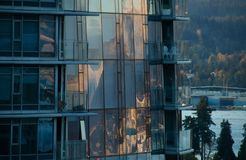 Αντανακλάσεις ηλιοβασιλέματος του υποστηρίγματος Seymour στα παράθυρα του ΝΕ ουρανοξυστών Στοκ Εικόνα