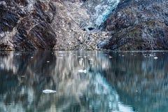 Αντανακλάσεις νερού των βράχων και ενός παγετώνα στοκ εικόνες