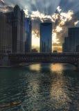 Αντανακλάσεις ποταμών του Σικάγου του ηλιοβασιλέματος και κτήρια ως σύνολα ήλιων Στοκ Φωτογραφία