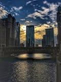 Αντανακλάσεις ποταμών του Σικάγου του ηλιοβασιλέματος και κτήρια ως σύνολα ήλιων Στοκ Φωτογραφίες