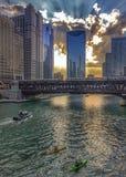 Αντανακλάσεις ποταμών του Σικάγου του ηλιοβασιλέματος και κτήρια ως σύνολα ήλιων Στοκ Εικόνα