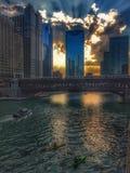 Αντανακλάσεις ποταμών του Σικάγου του ηλιοβασιλέματος και κτήρια ως σύνολα ήλιων Στοκ Εικόνες