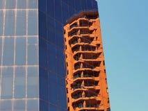 Αντανακλάσεις στη σύγχρονη υψηλή πρόσοψη γυαλιού οικοδόμησης ανόδου Στοκ εικόνες με δικαίωμα ελεύθερης χρήσης