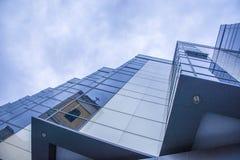 Αντανακλάσεις στο γυαλί του σύγχρονου εξωτερικού οικοδόμησης Στοκ Φωτογραφία