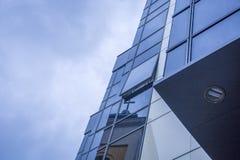 Αντανακλάσεις στο γυαλί του σύγχρονου εξωτερικού οικοδόμησης Στοκ φωτογραφία με δικαίωμα ελεύθερης χρήσης