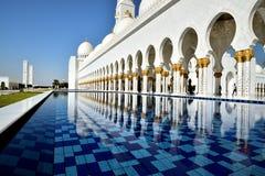 Αντανακλάσεις στο Sheikh μεγάλο μουσουλμανικό τέμενος Zayed Στοκ Φωτογραφίες