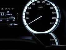 Αντανακλάσεις ταχυμέτρων στην επιφάνεια γυαλιού του κινητού τηλεφώνου στο όχημα Στοκ φωτογραφία με δικαίωμα ελεύθερης χρήσης
