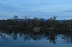 Αντανακλάσεις της ακτής στη λίμνη μια μπλε ημέρα! στοκ φωτογραφίες