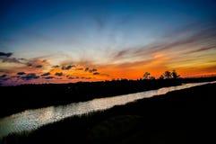 Αντανακλάσεις της σκιαγραφίας ηλιοβασιλέματος στο έλος κυπαρισσιών Στοκ φωτογραφία με δικαίωμα ελεύθερης χρήσης