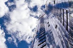 Αντανακλάσεις του ουρανού σε μια πολυκατοικία Στοκ φωτογραφία με δικαίωμα ελεύθερης χρήσης