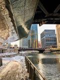 Αντανακλάσεις του χιονισμένου βρόχου του Σικάγου κατά μήκος του riverwalk του ποταμού του Σικάγου κάτω από μια γέφυρα στο βρόχο στοκ φωτογραφία