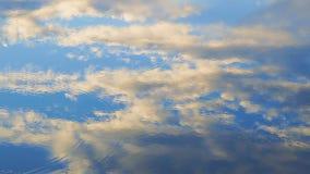Αντανακλάσεις των σύννεφων στην επιφάνεια του νερού απόθεμα βίντεο