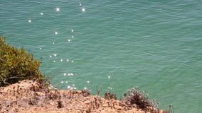 Αντανακλάσεις φωτός του ήλιου αστραπής στην ήρεμη τυρκουάζ επιφάνεια νερού στον Ατλαντικό Ωκεανό στη βόρεια Πορτογαλία απόθεμα βίντεο