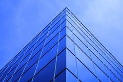 Αντανακλημένα πολυόροφο κτίριο παράθυρα επιχειρησιακής οικοδόμησης με τον ουρανό και τα σύννεφα Στοκ Φωτογραφίες