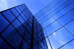 Αντανακλημένα πολυόροφο κτίριο παράθυρα επιχειρησιακής οικοδόμησης με τον ουρανό και τα σύννεφα Στοκ φωτογραφία με δικαίωμα ελεύθερης χρήσης