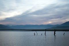Αντανακλάσεις ανατολής στην πληγείσα από την ξηρασία λίμνη Isabella στη νότια οροσειρά βουνά της Νεβάδας Καλιφόρνιας Στοκ Εικόνες