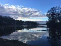 Αντανακλάσεις ανατολής στη λίμνη Στοκ φωτογραφία με δικαίωμα ελεύθερης χρήσης
