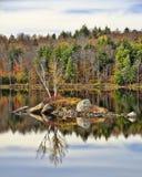 Αντανακλάσεις αριθ. νερού λιμνών Adirondack φθινοπώρου 13 Στοκ Εικόνες