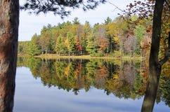 Αντανακλάσεις αριθ. νερού λιμνών Adirondack φθινοπώρου 13 Στοκ Εικόνα
