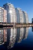 Αντανακλάσεις ημέρας σε ένα ήρεμο νερό Στοκ Φωτογραφίες