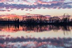 Αντανακλάσεις ηλιοβασιλέματος στη λίμνη Στοκ εικόνα με δικαίωμα ελεύθερης χρήσης