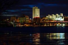 Αντανακλάσεις οριζόντων της Νέας Υόρκης του Άλμπανυ τη νύχτα από τον ποταμό του Hudson Στοκ φωτογραφία με δικαίωμα ελεύθερης χρήσης
