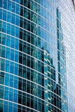 Αντανακλάσεις παραθύρων στην πρόσοψη γυαλιού ενός κτιρίου γραφείων Στοκ Εικόνες