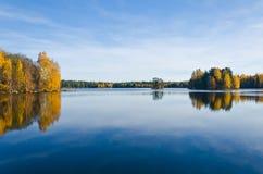 Αντανακλάσεις πτώσης στο νερό Στοκ Εικόνες