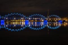 Αντανακλάσεις πόλεων νύχτας στον ποταμό Στοκ εικόνες με δικαίωμα ελεύθερης χρήσης