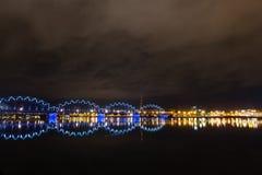 Αντανακλάσεις πόλεων νύχτας στον ποταμό Στοκ Φωτογραφίες