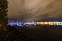 Αντανακλάσεις πόλεων νύχτας στον ποταμό Στοκ Εικόνες