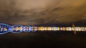 Αντανακλάσεις πόλεων νύχτας στον ποταμό Στοκ Φωτογραφία