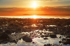 Αντανακλάσεις στη δύσκολη beal παραλία Στοκ Φωτογραφία