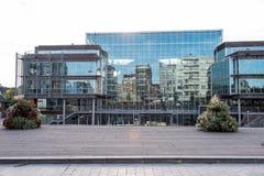 Αντανακλάσεις στο μέτωπο γυαλιού από το Δημαρχείο σε Koksijde Στοκ Εικόνες