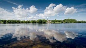 Αντανακλάσεις σύννεφων στον ποταμό Στοκ Φωτογραφία