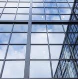Αντανακλάσεις του μπλε ουρανού και των σύννεφων στην πρόσοψη γυαλιού σύγχρονου μακριά Στοκ φωτογραφία με δικαίωμα ελεύθερης χρήσης