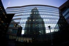 Αντανακλάσεις του ουρανοξύστη ένας άλλος σε ένας Στοκ φωτογραφία με δικαίωμα ελεύθερης χρήσης